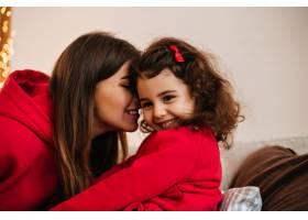 深色头发的年轻女子在亲吻孩子妈妈和小孩_12431658
