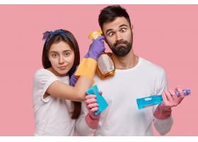 滑稽的没刮胡子的男人对着眼睛帮妻子打扫_11408478