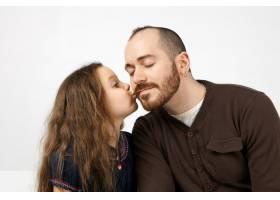 演播室拍摄了可爱的长头发小女孩亲吻她没有_10898127