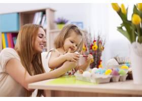 焦点小女孩和妈妈一起画复活节彩蛋_10979365
