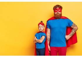 照片中严肃的大胡子男子和自信的小孩子交叉_12350336
