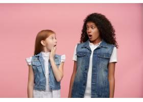 照片中的年轻女孩留着长发眼睛睁得大大的_11863441