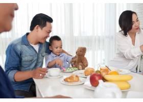 父子与家人共进早餐_5577382