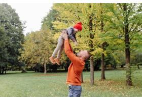 父子俩在花园里玩耍_11033785