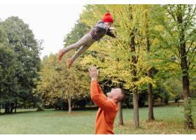 父子俩在花园里玩耍_11033786