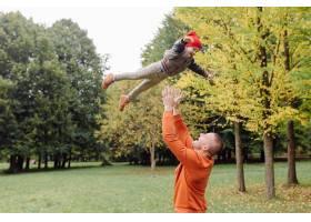 父子俩在花园里玩耍_11033787
