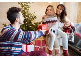 父母和女儿交换礼物_11821071