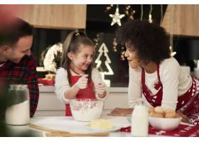 父母和孩子在厨房烘焙饼干_11776148