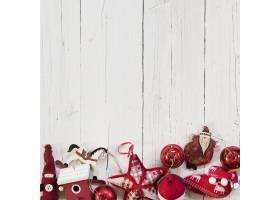 白色木质背景上的圣诞树红色装饰品_10766865
