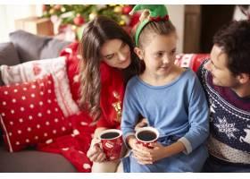 相亲相爱的一家人在圣诞节喝黑巧克力_11820252