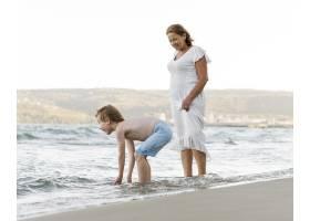 海边的女人和孙子_10849875