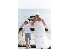 满满的奶奶和孩子在海边_10849638