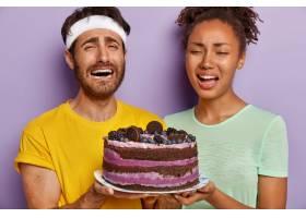 悲伤活跃的情侣与大蛋糕合影的特写写真_12609514