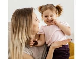 美丽的母亲与女儿在家共度时光_12658805