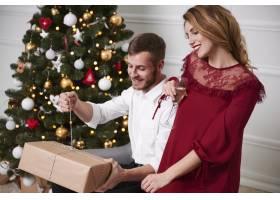 情侣们打开圣诞礼物_11724331