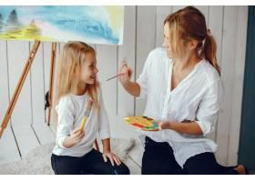 漂亮的妈妈和女儿在画画_3826906