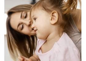 美丽的母亲与女儿在家共度时光_12658808