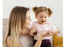 美丽的母亲与女儿在家共度时光_12658809