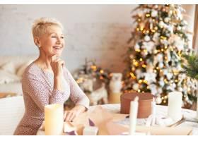 情绪迷人的退休女性留着精灵的发型享受_11890521