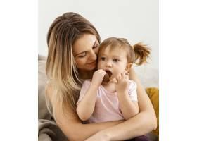 美丽的母亲与女儿在家共度时光_12658810