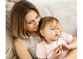 美丽的母亲与女儿在家共度时光_12658811