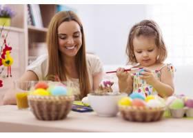 焦点小女孩和妈妈一起画复活节彩蛋_10979357