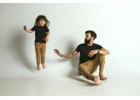 父亲与年幼的儿子玩耍对抗白人_11162362