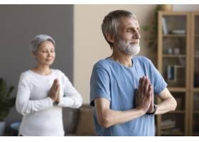 老年夫妇在家中锻炼身体_10847337