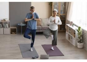 老年夫妇在家中锻炼身体_10847338