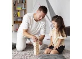 父亲和女儿一起玩木头游戏_10700501