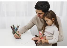 父亲和女儿一起玩蜡笔_11904701