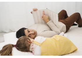 父亲和女儿在家里的床上共度时光_11904727