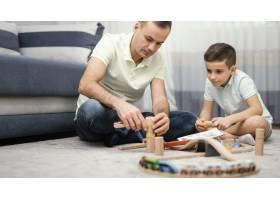 父亲和孩子一起在室内玩耍_12396522