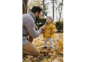 父亲在外面陪孩子的侧观_11904660