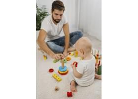 父亲在家中与婴儿玩耍的角度很高_11904626