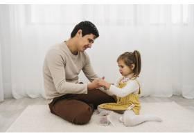 父亲在家陪女儿的侧观_11904725