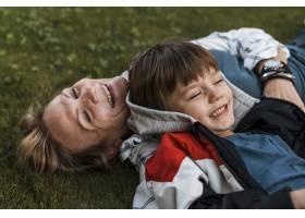 草地上快乐的女人和孩子的特写_11233339