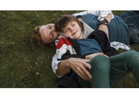 草地上的中枪妇女和孩子_11233337