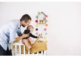 父亲抱着孩子靠近小狗_1488229