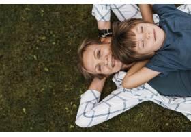 草地上的顶级妇女和孩子_11233342