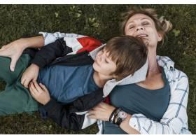 草地上的顶级孩子和母亲_11233350