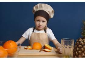 蓝色眼睛和金色头发的严肃男厨师做新鲜水果_10897534