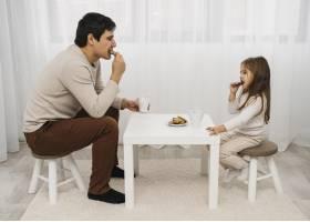 父女俩在家一起吃饭_11904710
