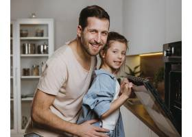 父女俩在家一起烤饼干_11766041
