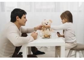 父女俩在家中一起玩耍_11904712