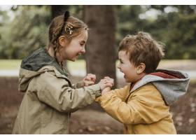 边看边看的孩子们在户外玩得很开心_11103618