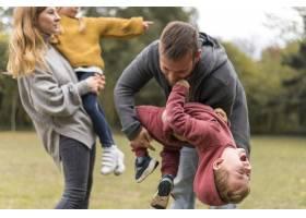 父母和孩子一起玩耍_11103592