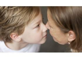 近距离接触鼻子的奶奶和孩子_10849632