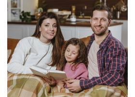 父母带着女儿在家看书_11766055