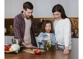 父母带着孩子在厨房做饭的前景_11765732